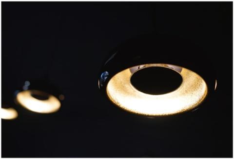 「SHIZUKU」は、蒔絵に用いる金属粉の反射を生かした照明