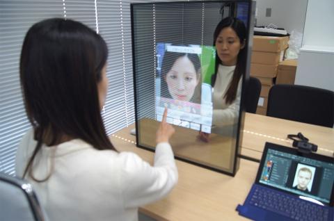 カメラ内蔵の大型ミラー「スノービューティーミラー」(パナソニック)。顔に合わせたメークをAR(拡張現実)で表示し、メークアップの参考にできる