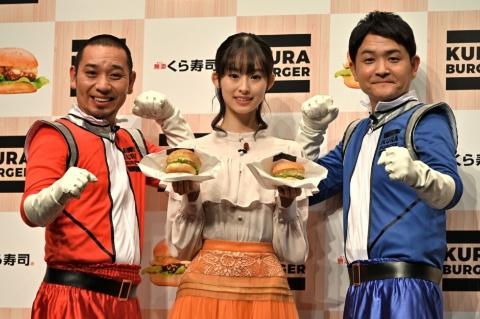 「KURA BURGER」の発表会に登場した、お笑いタレントの千鳥(写真左端:大悟、同右端:ノブ)と「第15回全日本国民的美少女コンテスト」でグランプリを受賞した井本彩花さん(写真中央)