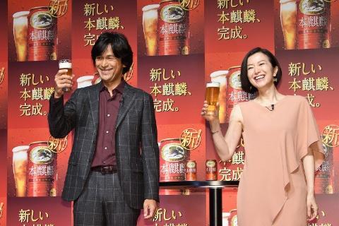 2019年2月26日の新CM発表会に登場した江口洋介と鈴木京香。18年のCMが好評だったといい、続投が決まった
