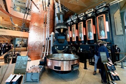 ドイツ製の大型焙煎機は最大118キログラムの生豆に対応。日本市場向けに年間680トン以上の豆の焙煎を目指す