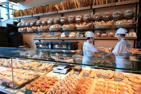 1階のベーカリー「プリンチ」は日本初出店。店内で焼いたパンやピザなど約80種類を提供する