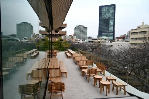 3階には目黒川を眺めるテラス席も