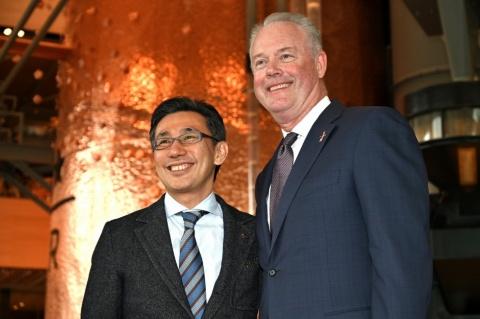 スターバックス コーヒー ジャパンの水口貴文CEO(左)とスターバックス・カンパニーのケビン・ジョンソン社長兼CEO