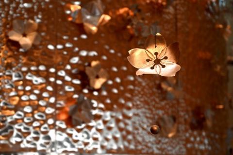桜の花びらも一枚一枚職人が手作りしている
