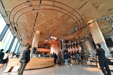 天井のデザインは折り紙をモチーフにして設計