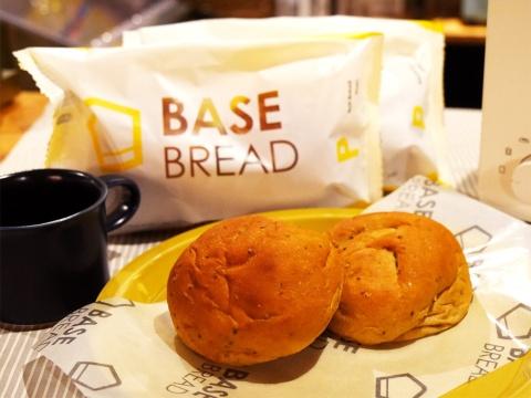 ベースフードの完全栄養パン「BASE BREAD」。1食分(2個入り)あたり390円(税込)