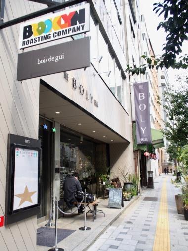 ビルの1階には、2009年にニューヨークのブルックリンで誕生した人気カフェ「BROOKLYN ROASTING COMPANY」がある。フラワーショップも併設。地下1階にはギャラリーを開設し、音楽イベントなどを開催する