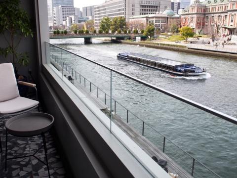 パノラマに広がる窓からは、中之島公会堂や土佐堀川を運行するクルーズ船など中之島の河川風景を一望でき、川沿いを独り占めする気分を味わえる