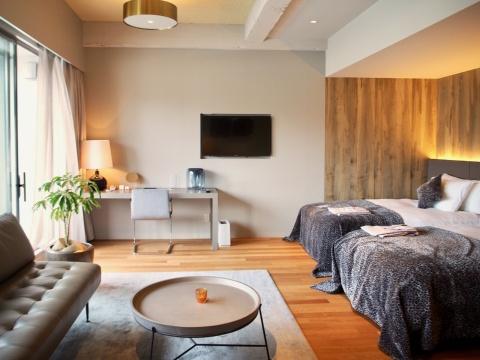 59平方メートルと広めの「リバービューレジデンス」は、大阪のホテルの中で最も川辺を感じられる部屋。躯体の荒々しさを生かしたり、個性的な木目の突板を壁面に使ったり、他にはないデザインを楽しめる。スピーカーはエクスポネンシャル製