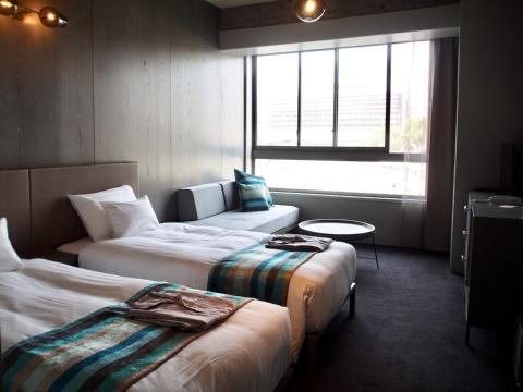 客室のインテリアは、上海発家具ブランド「ステラワークス」や「ニューライトポタリー」の照明などを採用。「リバービューツイン」は、窓際のデイベッドを使えば3人での利用も可能