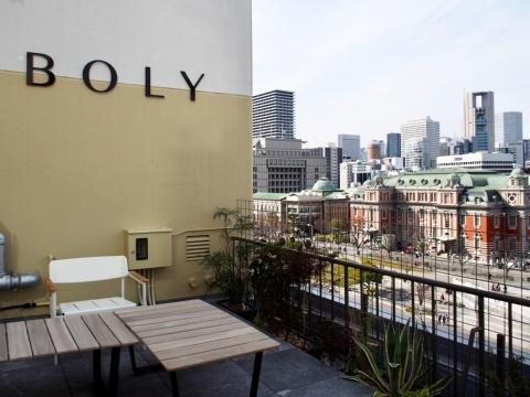 屋上のオープンスペースは地元住民も気軽に利用できる。 モーニングヨガなどのイベントも開催予定