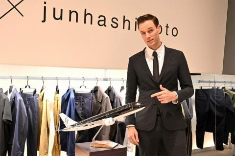 """スターフライヤーが開発した「+FLOW」は、""""出張バテ""""を軽減するビジネススーツ。同じデザインコンセプトのアイマスクが付属する。色はブラックとグレー、サイズはM、L、LLの3種類から選択可能。注文予約は「junhashimoto」ブランドサイトで受け付けており、限定100着で価格は9万7200円(税込み)"""