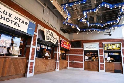 ベイサイド・アレイの入り口。青星寮のメニューを提供する「ブルースターホテル」、三浦半島にあるマグロ料理の老舗「くろば亭」が監修した「BAY MAGRO(ベイマグロ)」、ベイスターズビールを隠し味に使ったチキンを提供する「BAY CHIKEN LEG(ベイチキンレッグ)」、タピオカをふんだんに使ったスイーツが楽しめる「HAMASUTA SWEETS STAND(ハマスタスイーツスタンド)」、ドリンク専門店「CRAFT BAY BAR(クラフトベイバー)」が出店している