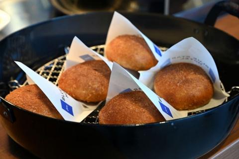 人気の「青星寮カレー」をパンに仕立てた「青星寮カレーパン」は税込み400円
