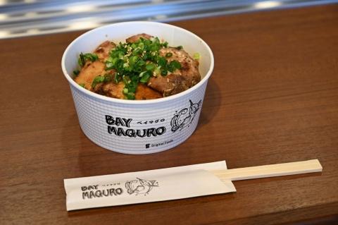 「ベイマグロ丼」は、特製味噌に漬け込んだカジキマグロのカルビ焼きを米に乗せて税込み800円