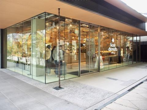 新京極通りに面した京都松竹阪井座ビルの1階に、全面ガラス張りの「コエ ドーナツ」1号店がある