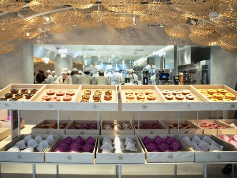 テークアウトは、タピオカ入りのふわもちドーナツなど6種類の食感で約37種類を展開。彩りもきれいなドーナツが並ぶ
