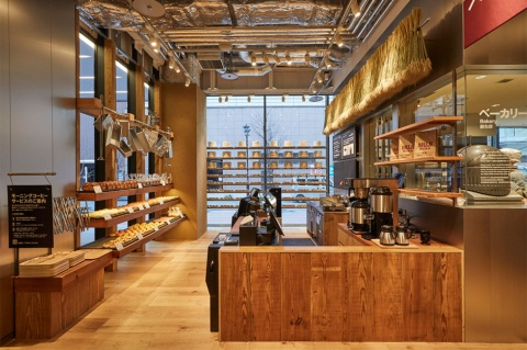 ベーカリーには「ロールパン」(税込み90円)など手ごろな商品がそろう。ホットコーヒー、アイスコーヒーも販売する