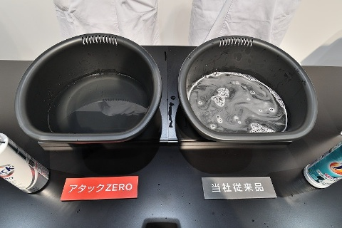 アタックZEROで洗ったタオル(左)は、すすぎ前でも一切洗剤が残っていない