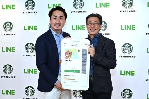 スターバックス コーヒー ジャパンの水口CEO(右)と、LINEの出澤社長(左)