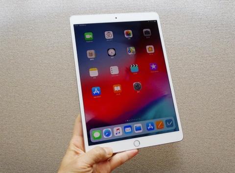 10.5インチのiPad Air。Apple Pencilの他、充電やBluetooth接続の要らないアップル純正キーボード付カバー「Smart Keyboard」に対応した。アップル直販サイトの最安販売価格は5万4800円(税別)から