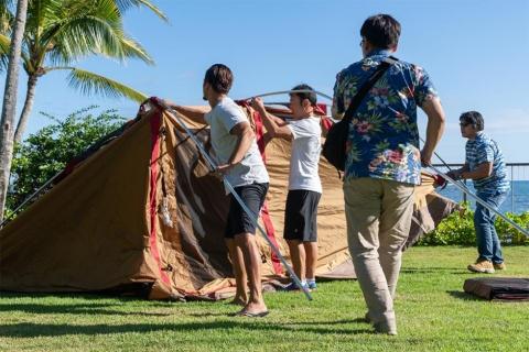 チームビルディングを目的に、グループでテント設営作業などに取り組む研修プログラムも用意する