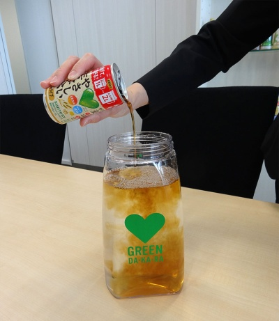 缶を開けて水に注げばすぐに冷たい麦茶が作れる