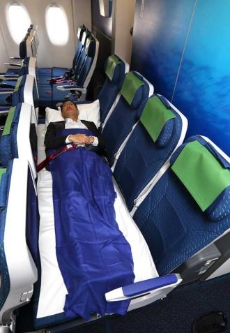 横になれるカウチシート。男性の場合、4席分を使えばスペースに余裕があった