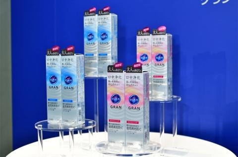 花王が口腔内のエイジングケアに特化した「薬用ピュオーラ GRAN(グラン)」を2019年4月20日に発売。価格は税込み800円(編集部調べ)。「薬用ピュオーラ GRAN マルチケア」と、独自のホワイトニング成分フィチン酸を加えた美白効果のある「薬用ピュオーラ GRAN ホワイトニング」の2種類を販売
