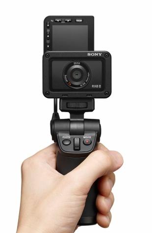 片手で握り、動画と写真をそれぞれの撮影ボタンを押すことで簡単に切り替えて撮影できる(写真提供/ソニー)