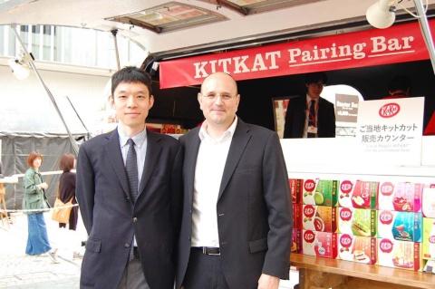 ネスレ日本コンフェクショナリー事業本部マーケティング部マーケティングスペシャリストの井上翔氏(左)と同社常務執行役員コンフェクショナリー事業本部長のセドリック・ラクロワ氏(右)