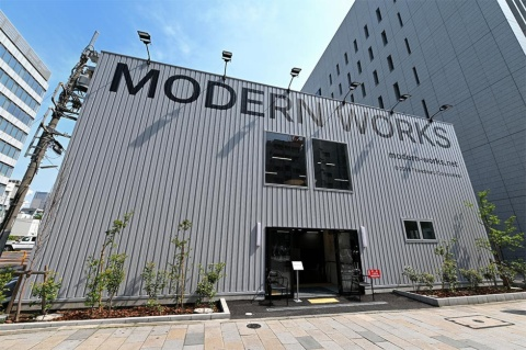 「MODERN WORKS」青山店(AOYAMA Limited Store)。2020年2月末までの期間限定の仮設店舗。支払いは現金が使えないキャッシュレス決済のみとなっている
