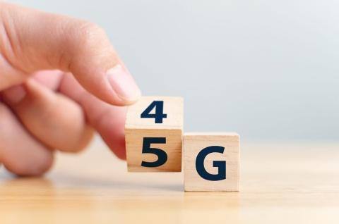 """東京五輪が開催される2020年は、次世代通信の商用サービスが本格する""""5G元年""""と言える。携帯大手各社の戦略の違いを探った"""
