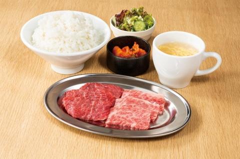 平日限定の黒毛和牛焼肉ランチは、ご飯、サラダ、スープ、キムチが付いて税別894円から