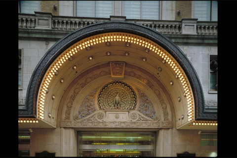 旧心斎橋筋玄関を華やかに飾っていた孔雀(くじゃく)のレリーフ。1925年から掲げられ、以来、大丸のシンボルとして親しまれてきた