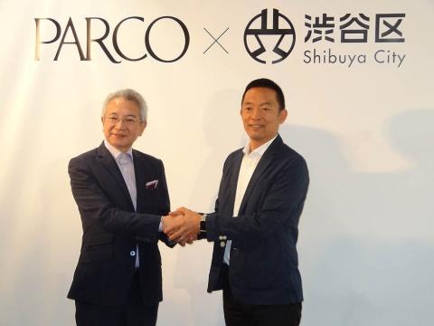 パルコの牧山社長と握手する長谷部・渋谷区長(右)