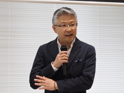 ソニー AIロボティクスビジネスグループ事業企画管理部統括部長の矢部雄平氏は、介護施設や病院などでのaiboを使った実証例を紹介