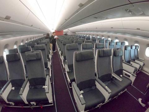 普通席は横9列配置。ボーイング777と同じ配列だが、シートの1人当たりの横幅は約1.5センチ広がって約44センチに(一部座席を除く)