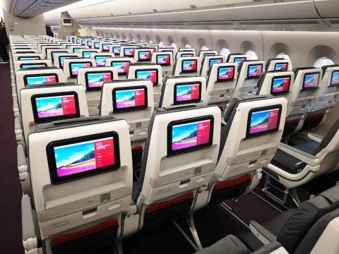 普通席の画面サイズは10型。全席にモニターが備わっているのは壮観だ