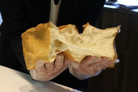 「まじヤバくない?」のパンは、手で割ると、きめ細かな生地が絹糸のようにちぎれていく