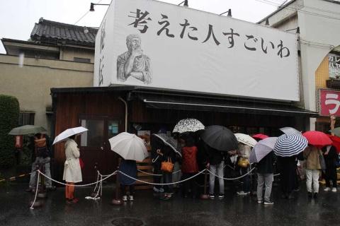 雨にもかかわらず、オープン前には行列ができた。「雨なので、早く買えるかもと思って来ました」と、行列に並んでいた近所のご夫婦