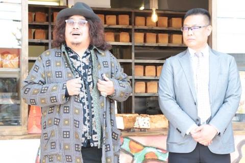 「まじヤバくない?」の内覧会で挨拶するベーカリープロデューサの岸本拓也氏(左)と、オーナーの山本信一氏(右)