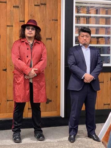 「題名のないパン屋」の内覧会で挨拶する岸本氏(左)と、佃浅商店の杉本社長