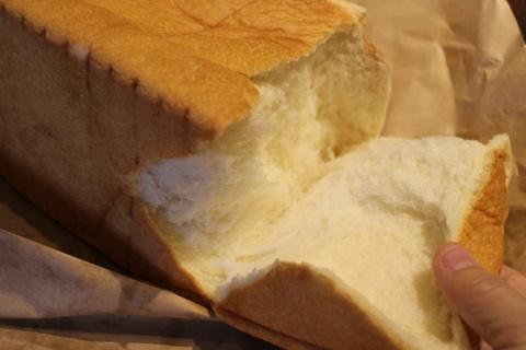 ケーキのような食感と言われる「考えた人すごいわ」のパン。経験したことのない口溶けのよさを楽しめる