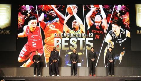 年間表彰式「B.LEAGUE AWARD SHOW 2018-19」でベスト5に選ばれた選手たち