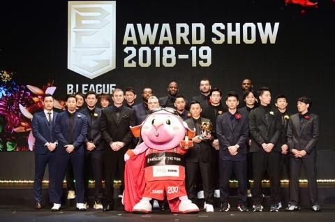 「B.LEAGUE AWARD SHOW 2018-19」で、各賞を受賞した選手。中央はマスコットオブザイヤーに選ばれた千葉ジェッツのジャンボくん