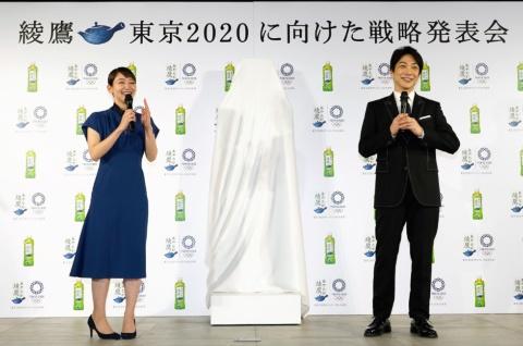 2017年からブランドアンバサダーを務める吉岡理帆(左)と新たに起用された野村萬斎(右)
