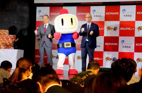 左から、大塚食品食品事業部の田本修氏、スーパーボンバーマン Rのキャラクター・白ボン、コナミデジタルエンタテインメントプロモーション企画本部の大石次郎氏