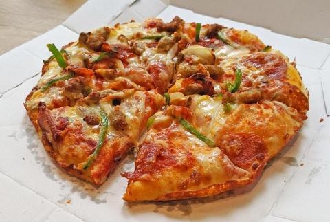 オープン初日の銀座店で「ドミノ・デラックス(Mサイズ、パンピザ)」を実食。提供までは5分かかったが、手で持てないくらいアツアツだった